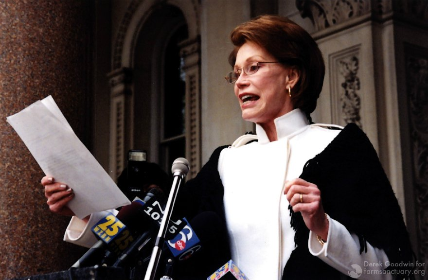 Mary Tyler Moore speaks before reporters about factory farming. (Photo by Derek Goodwin)